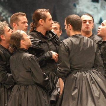 Οκτώ Γυναίκες»: Η ιστορική παράσταση του Νίκου Καραθάνου είναι διαθέσιμη online