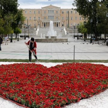 Μια τεράστια λουλουδένια καρδιά στην πλατεία Συντάγματος για την Πρωτομαγιά