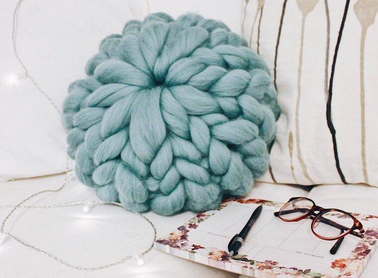 Μάλλινο μαξιλάρι:Το χαζεύεις στο instagram; Τώρα, μπορείς να το φτιάξεις μόνη σου