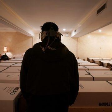 Φρίκη στη Νέα Υόρκη: Ξέμειναν από φέρετρα, χρησιμοποιούν χάρτινες κούτες