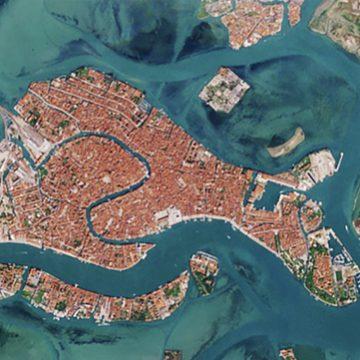 Μία… άλλη Βενετία: Εικόνες από το διάστημα δείχνουν τα κανάλια πριν και μετά την πανδημία