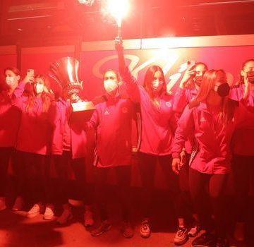 """Η άφιξη της πρωταθλήτριας Ευρώπης ομάδας πόλο γυναικών στο """"Καραϊσκάκης"""" και οι πανηγυρισμοί"""