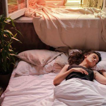 Έξυπνοι τρόποι για να απολαύσεις τον ύπνο σου το καλοκαίρι.