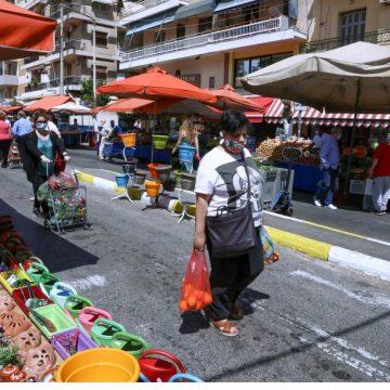 Καταργείται, από την Τρίτη 15 Ιουνίου, η υποχρέωση της απόστασης των 5 μέτρων μεταξύ των πάγκων στις λαϊκές αγορές και η απόσταση θα είναι στο ένα μέτρο.